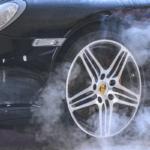 Пар вырывается из-под колес черного авто