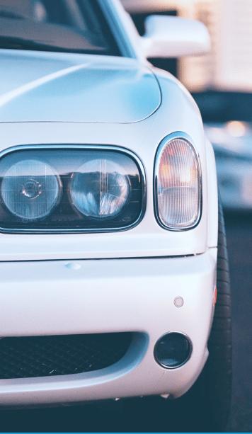 Левая половина белого автомобиля