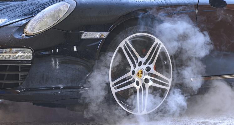 Из колесных дисков черного авто идёт пар