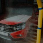 Вода из желто-синей трубы льется на красную машину PNG